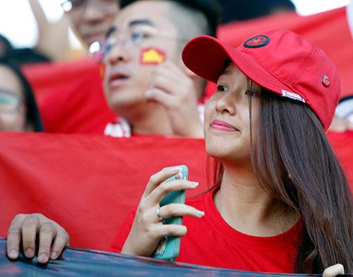Fan nữ xinh cổ vũ hết mình cho Công Vinh và ĐT Việt Nam - 4