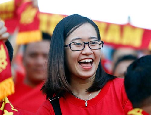 Fan nữ xinh cổ vũ hết mình cho Công Vinh và ĐT Việt Nam - 5