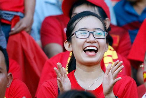 Fan nữ xinh cổ vũ hết mình cho Công Vinh và ĐT Việt Nam - 6