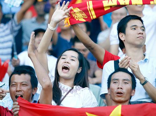 Fan nữ xinh cổ vũ hết mình cho Công Vinh và ĐT Việt Nam - 7