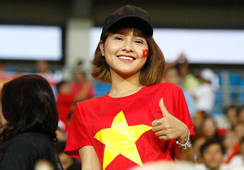 Fan nữ xinh cổ vũ hết mình cho Công Vinh và ĐT Việt Nam - 8
