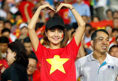 Fan nữ xinh cổ vũ hết mình cho Công Vinh và ĐT Việt Nam - 9