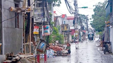 Hà Nội: Hàng chục cột điện đứng giữa đường - 1