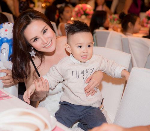 Con trai Vy Oanh hút mọi sự chú ý khi xuất hiện cùng mẹ - 1