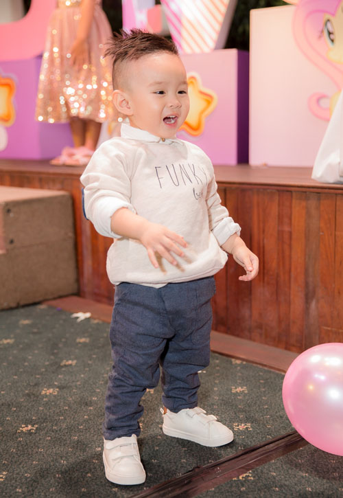 Con trai Vy Oanh hút mọi sự chú ý khi xuất hiện cùng mẹ - 3