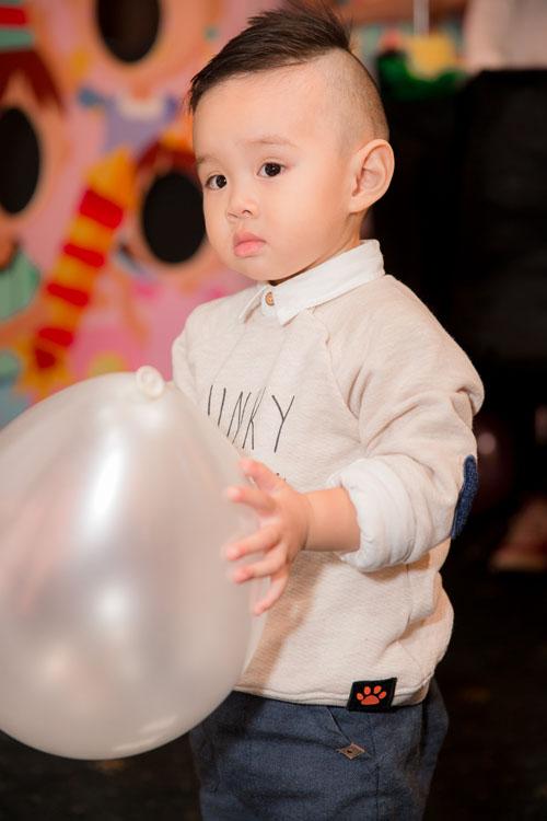Con trai Vy Oanh hút mọi sự chú ý khi xuất hiện cùng mẹ - 4