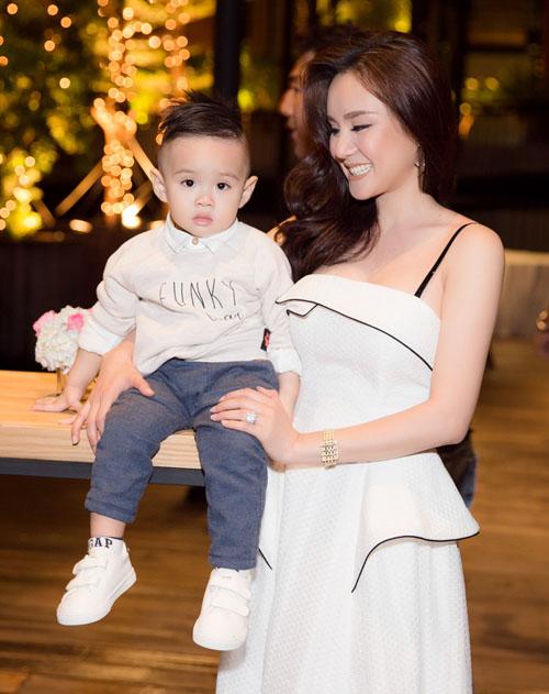 Con trai Vy Oanh hút mọi sự chú ý khi xuất hiện cùng mẹ - 5