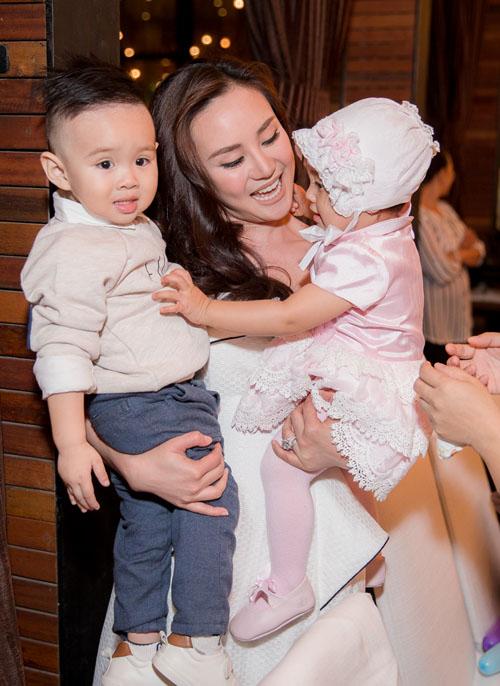 Con trai Vy Oanh hút mọi sự chú ý khi xuất hiện cùng mẹ - 6