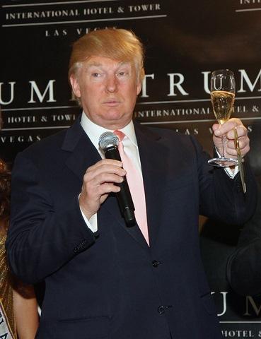 Vì sao Trump không bao giờ uống giọt rượu nào? - 1