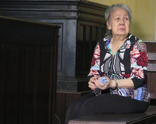 Cụ bà 73 tuổi mang 2,8 kg ma túy hồi hộp chờ tuyên án - 1