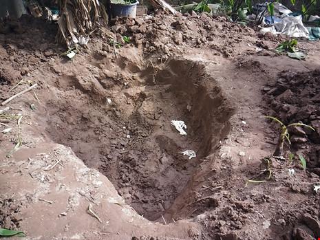 Hiện trường thi thể 2 bé gái bị chôn trong vườn - 4