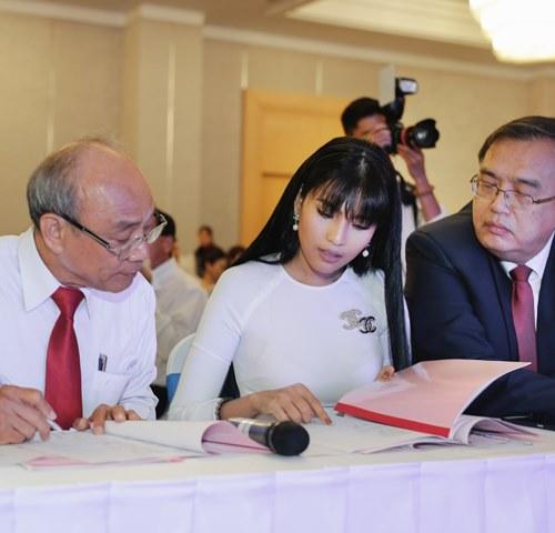 """Trương Thị May rạng rỡ chấm thi """"Hoa hậu giáo viên"""" - 4"""