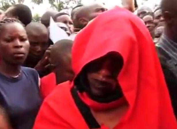 """Kenya: Cặp đôi ngoại tình """"dính chặt"""", cả làng kéo đến xem - 3"""