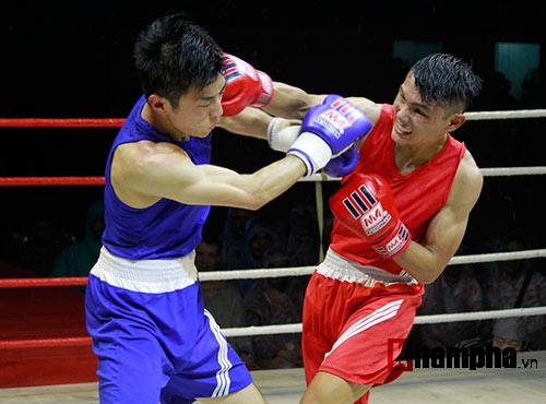 Người đẹp đội mưa xem so tài boxing Việt - Nhật - 1