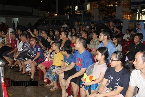 Người đẹp đội mưa xem so tài boxing Việt - Nhật - 9