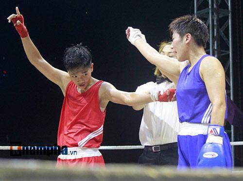 Người đẹp đội mưa xem so tài boxing Việt - Nhật - 4