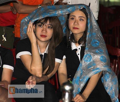Người đẹp đội mưa xem so tài boxing Việt - Nhật - 6