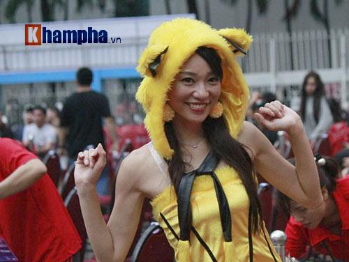 Người đẹp đội mưa xem so tài boxing Việt - Nhật - 7