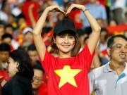 Bóng đá - Fan nữ xinh cổ vũ hết mình cho Công Vinh và ĐT Việt Nam