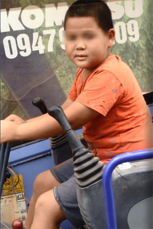 Phát hoảng bé trai lái máy xúc trên đường Hưng Yên - 1