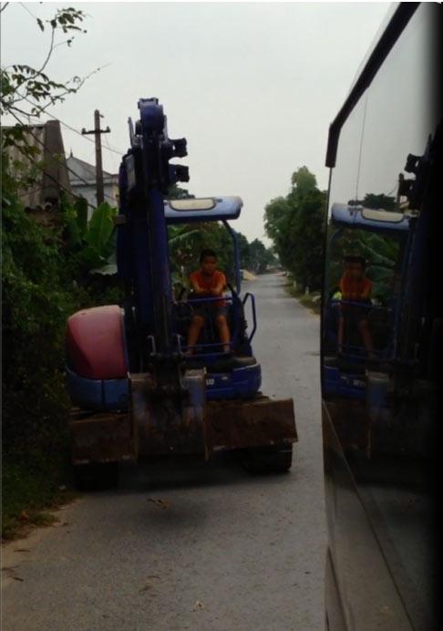 Phát hoảng bé trai lái máy xúc trên đường Hưng Yên - 2