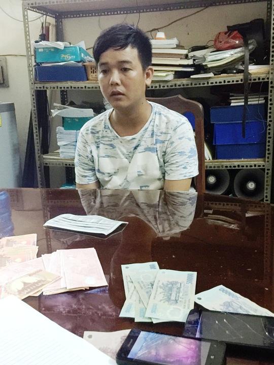 Đang lừa đổi tiền…âm phủ lấy tiền thật, gặp công an - 1