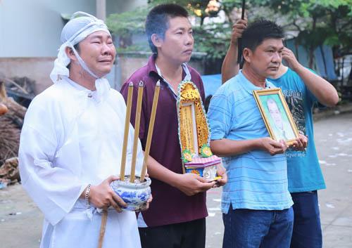 Người thân khóc ngất tiễn biệt diễn viên Huỳnh Long Hải - 1