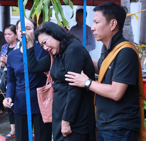 Người thân khóc ngất tiễn biệt diễn viên Huỳnh Long Hải - 4