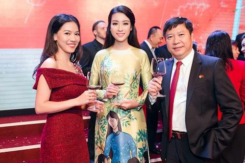 Hoa hậu Mỹ Linh di chuyển như con thoi vẫn đẹp hút mắt - 9