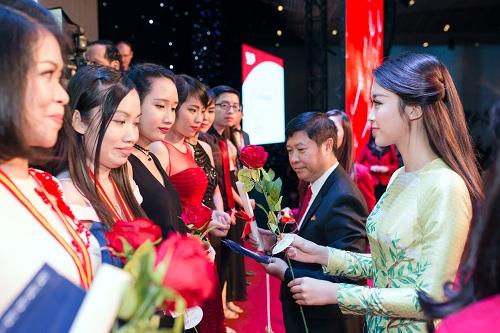 Hoa hậu Mỹ Linh di chuyển như con thoi vẫn đẹp hút mắt - 10