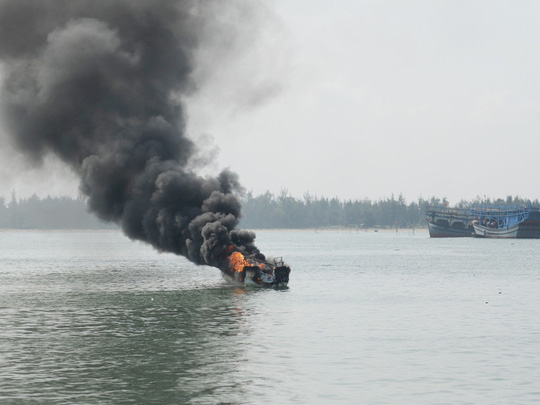 Thuyền phát nổ khi vừa rời bến, 3 người bỏng nặng - 1