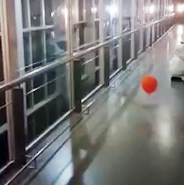 """Kì lạ quả bóng """"lang thang"""" trong hành lang bệnh viện Argentina - 1"""