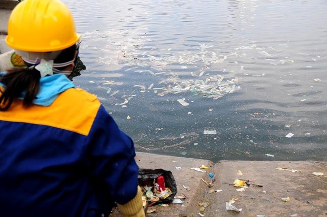 Hy hữu: Bao cao su, băng vệ sinh nổi trắng hồ ở Hà Nội - 4
