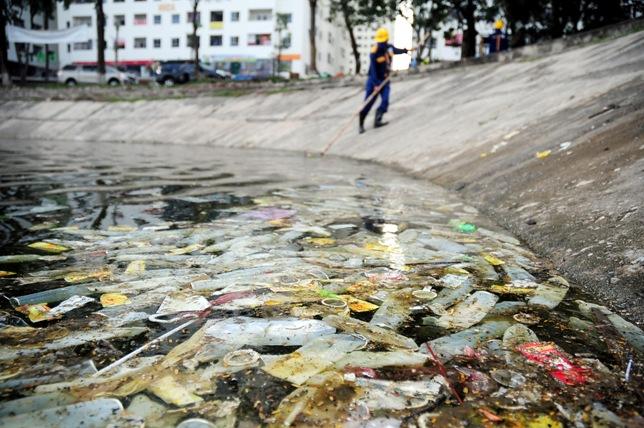 Hy hữu: Bao cao su, băng vệ sinh nổi trắng hồ ở Hà Nội - 1