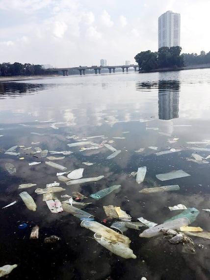 Hy hữu: Bao cao su, băng vệ sinh nổi trắng hồ ở Hà Nội - 3