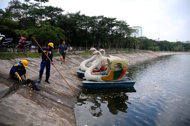 Hy hữu: Bao cao su, băng vệ sinh nổi trắng hồ ở Hà Nội - 8