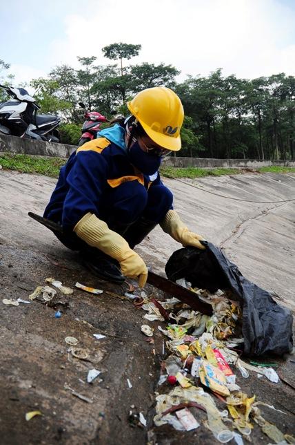 Hy hữu: Bao cao su, băng vệ sinh nổi trắng hồ ở Hà Nội - 7