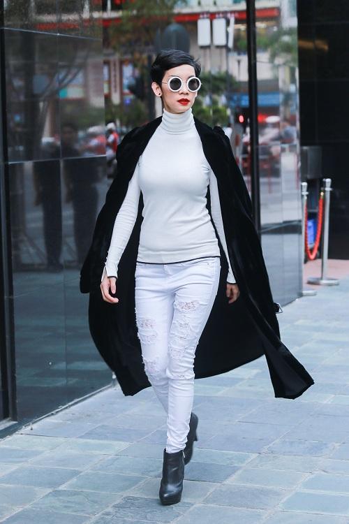Mặc nắng gắt, mẫu Việt vẫn khoác áo len ngột ngạt - 1