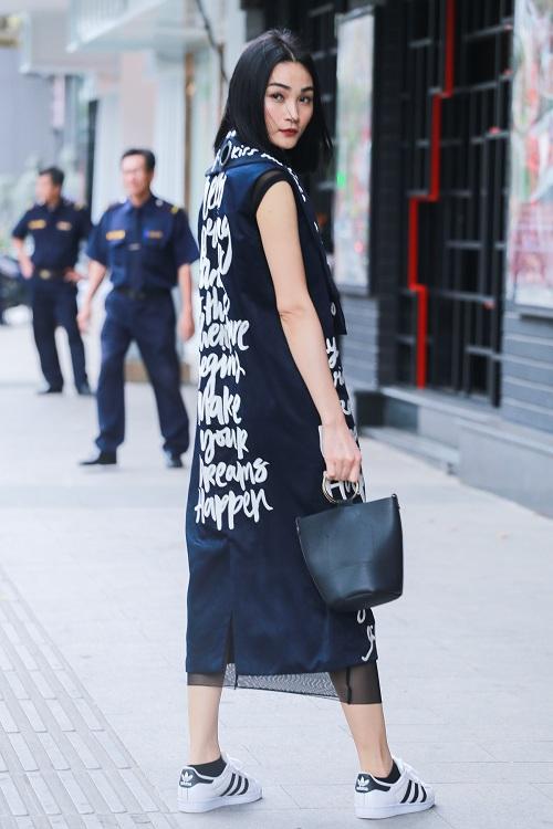 Mặc nắng gắt, mẫu Việt vẫn khoác áo len ngột ngạt - 11