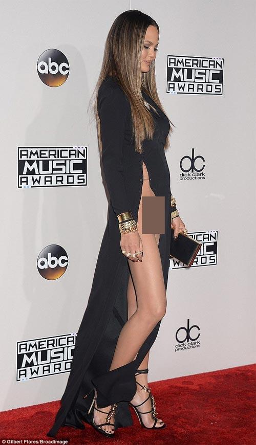 Chân dài Mỹ xin lỗi về sự cố với váy xẻ cao đến bụng - 1