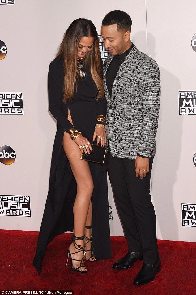 Chân dài Mỹ xin lỗi về sự cố với váy xẻ cao đến bụng - 5