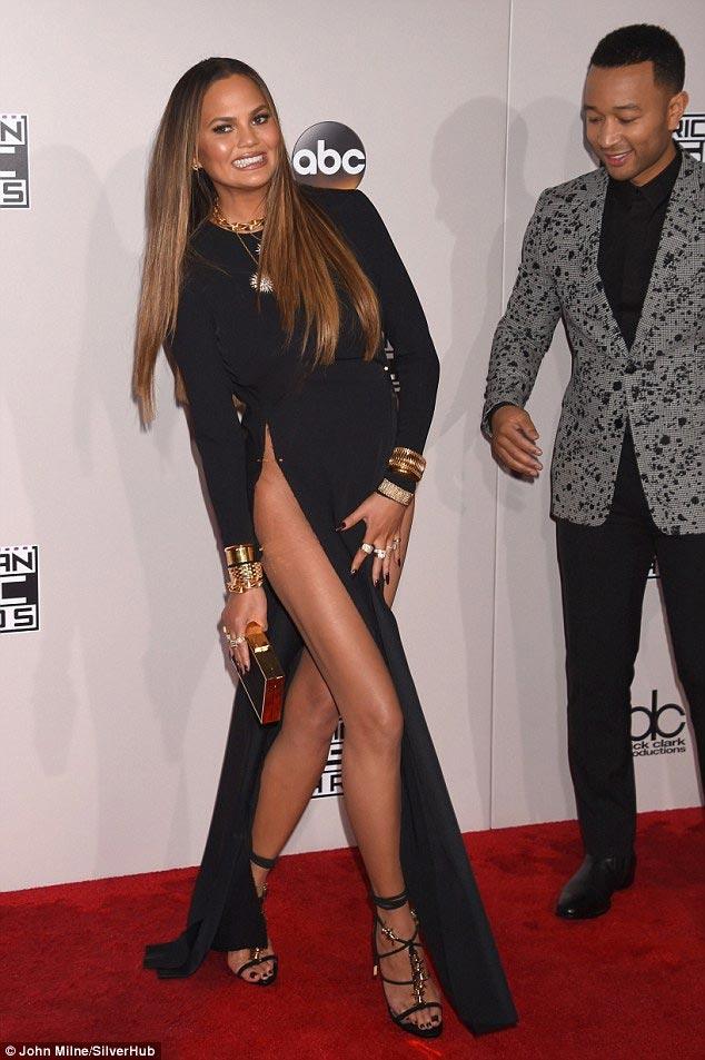 Chân dài Mỹ xin lỗi về sự cố với váy xẻ cao đến bụng - 3