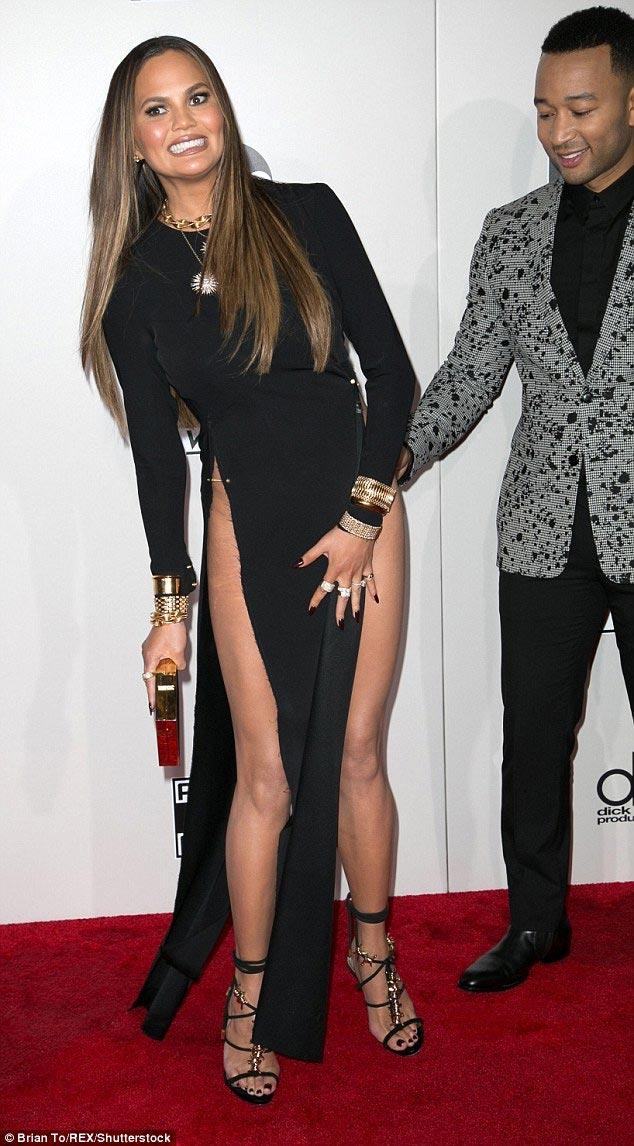 Chân dài Mỹ xin lỗi về sự cố với váy xẻ cao đến bụng - 4