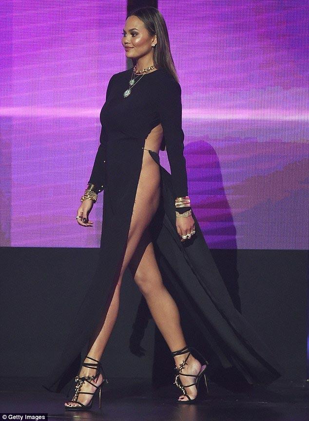 Chân dài Mỹ xin lỗi về sự cố với váy xẻ cao đến bụng - 6