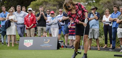 """Golf 24/7: Nữ VĐV tung cú đánh """"hại đời"""" khán giả nam - 1"""