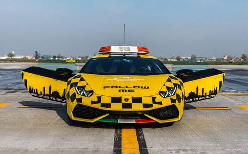 Lamborghini Huracan được dùng làm xe dẫn đường máy bay - 1