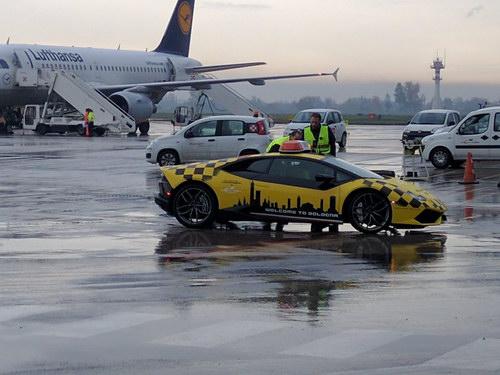 Lamborghini Huracan được dùng làm xe dẫn đường máy bay - 2