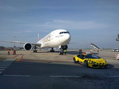 Lamborghini Huracan được dùng làm xe dẫn đường máy bay - 3