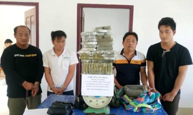 Bắt 4 đối tượng mang 69 bánh heroin vào Việt Nam - 1