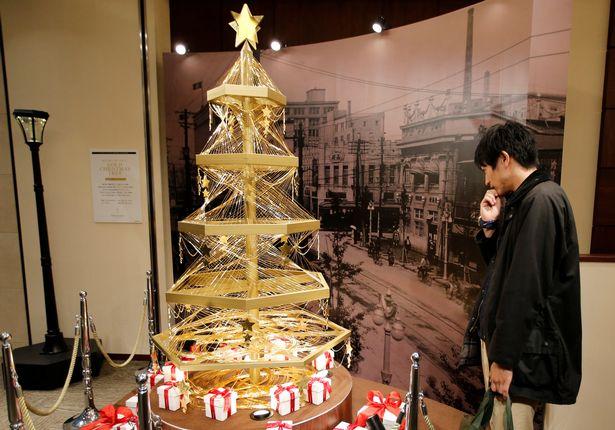 Lóa mắt với cây thông Noel làm bằng vàng ròng ở Tokyo - 1